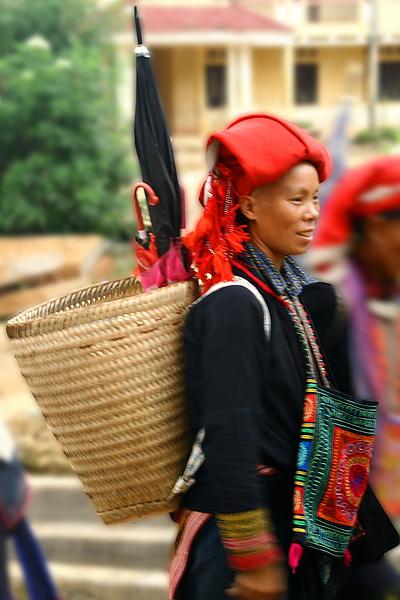 039_IMG_9977_Sapa_沙霸少數民族在雨季的打扮都是竹籃加上一把大傘.JPG