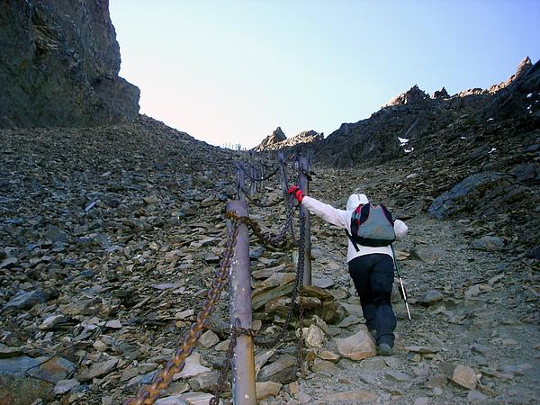 027_DSC00330_taylor_C_在玉山主峰頂前200公尺是往玉山北峰的叉路,清晨摸黑走到北峰,要陡下蠻長一段路,再走回主峰還得爬這個陡坡.JPG