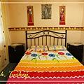 071_MG_8615_C2_這趟旅行中最喜歡的旅館,有很大的窗戶和色採鮮豔的床單,簡單而不失其特色.JPG