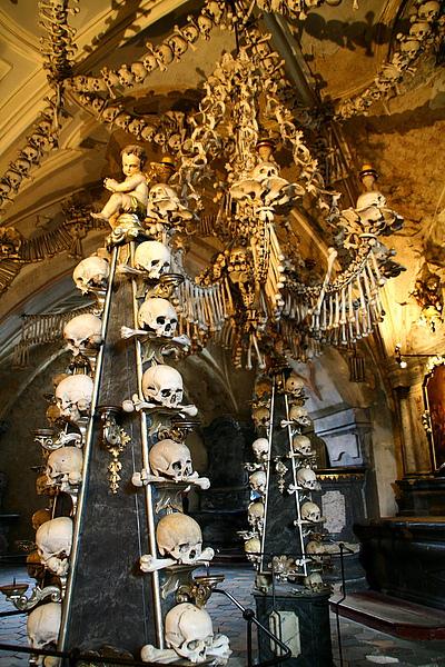 32_4144_Kunta_Hora_庫塔娜后拉人骨教堂,第一次看到這麼多頭骨堆成的裝飾,很壯觀,不過也很震撼,這裡也是世界遺產.JPG