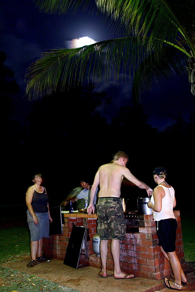071_IMG_4131_BBQin__Eight_Mile_Beach月光下的烤肉大餐,Robert 是主廚.JPG