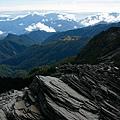 050_MG_1636_C_從層層岩石遠看層層山巒.JPG