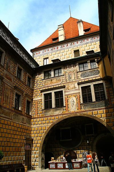 05_2724_Cesky Krumlov_克倫洛夫堡最大的特色就是牆上幾可亂真的彩繪壁畫,是有名的世界遺產.JPG