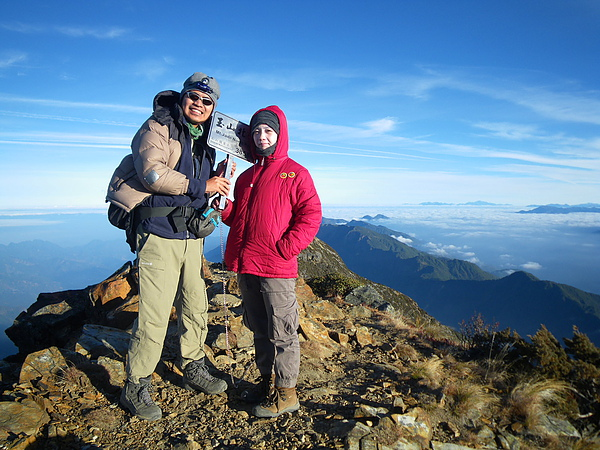 023_IMG_0710_vencen_C_玉山北峰在氣象站旁,視野很棒,社長和Viola合影,色彩很美.JPG