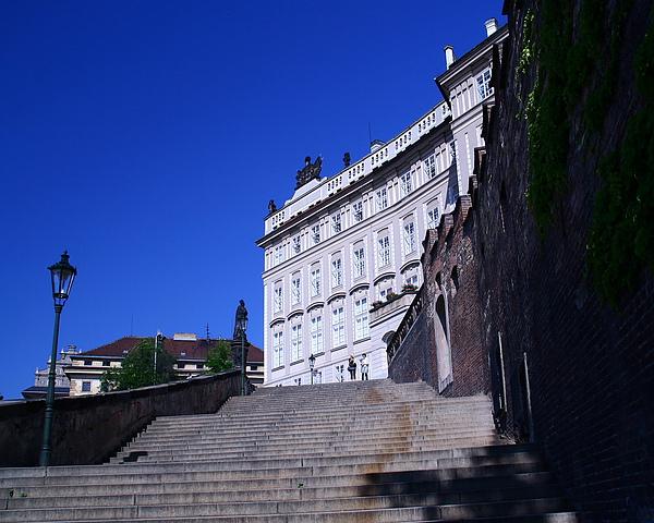 06_4258_Praha_爬上長長的階梯,終於到達布拉格城堡區,天空很藍.JPG