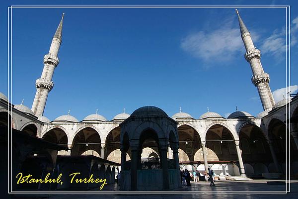 029_MG_9398_C2_伊斯坦堡藍色清真寺,中間的建築有水龍頭,給民眾洗腳,因為進清真寺要脫鞋.JPG