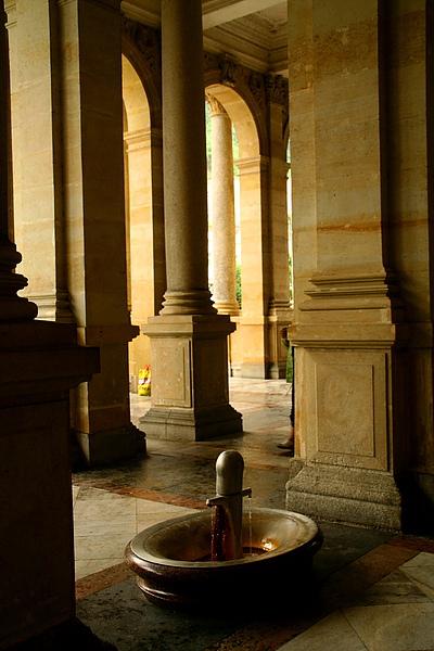 23_4010_Karlovy_Vary_卡羅維瓦麗的溫泉是可以喝的,不過味道怪怪的,這是溫泉出水口.JPG