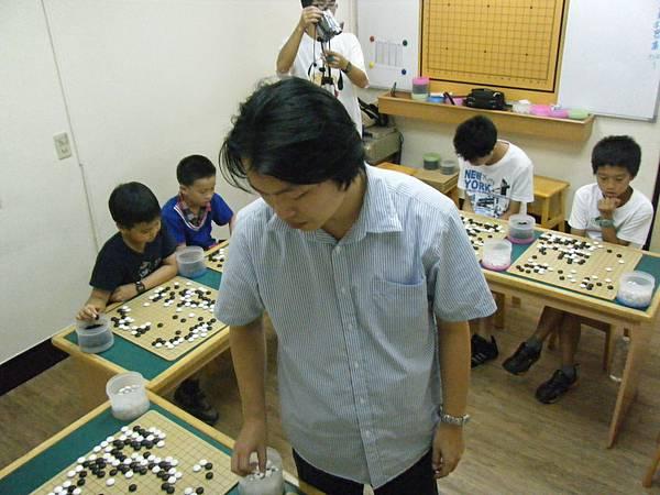小劉老師居中   三面對敵
