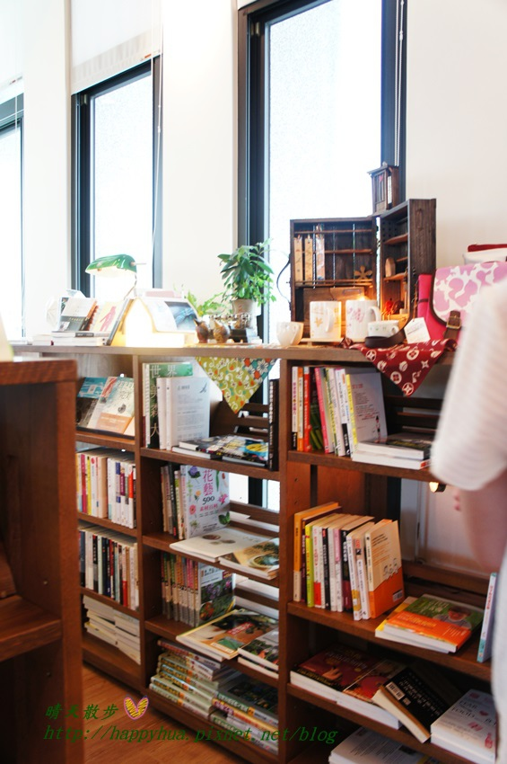 1440949544 474555104 - [台中]烏日區∥羅布森咖啡書蟲房~立志十年不關的獨立書店 附設咖啡廳 書香與咖啡香的溫暖交融 台中偏遠鄉間的鄰家書房