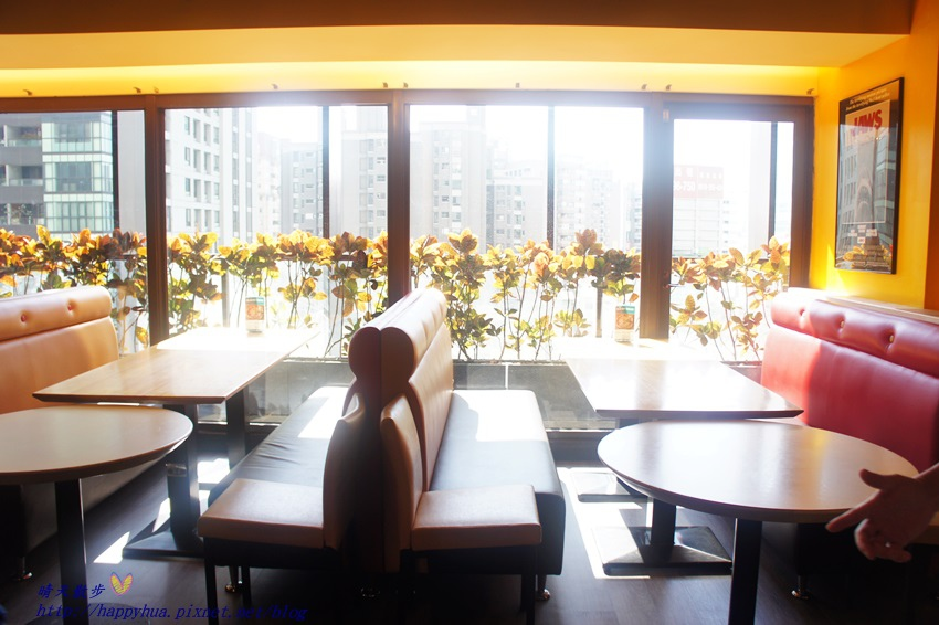 1450397603 3354873303 - [台中親子]西區∥棒恰恰美式歡樂餐廳Bon & Cheer's~金典綠園道的老牌親子餐廳 改裝再出發 大人低消300元 用餐小孩即可進大型球池和家家酒區玩