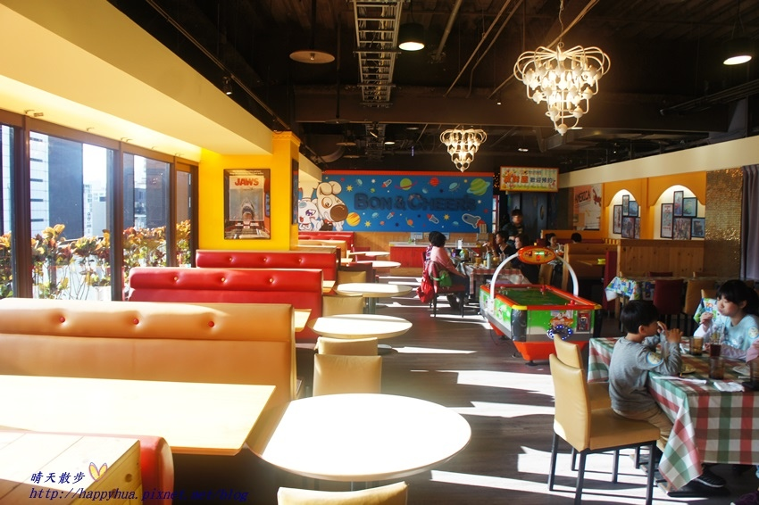 1450397638 3859048573 - [台中親子]西區∥棒恰恰美式歡樂餐廳Bon & Cheer's~金典綠園道的老牌親子餐廳 改裝再出發 大人低消300元 用餐小孩即可進大型球池和家家酒區玩