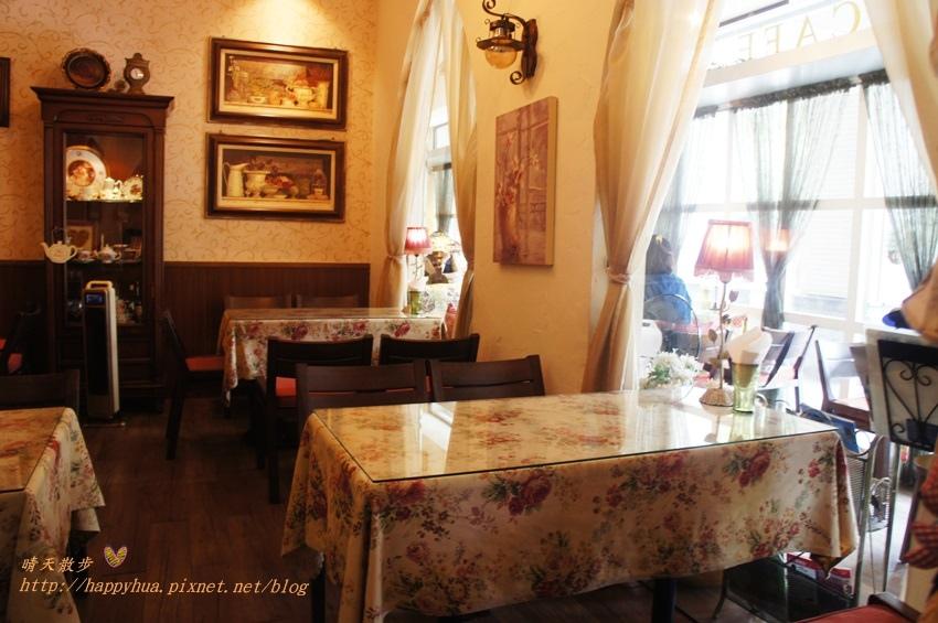 1451810309 4231553711 - [台中早午餐]西區∥薔薇蘿拉咖啡館Rose Rora Café~在英式古典風的優雅環境中 彷彿貴婦般享用早午餐或下午茶 崇倫公園對面 路邊有停車格