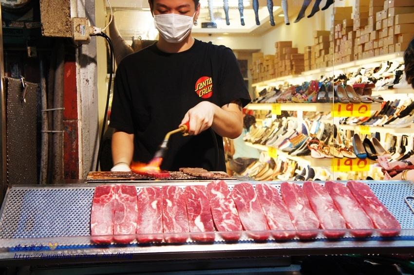 1460009105 204502104 - [台中美食]西區∥逢甲炙燒霜降牛~逢甲必吃美食 現點現烤牛排 夜市裡的絕品小吃