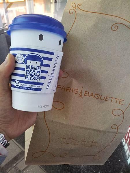 上飛機前的咖啡跟麵包