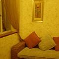 沙發顏色也好溫暖