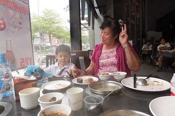2011.09.14 和外婆午餐 (1).JPG