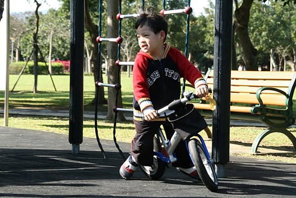 2012.01.17 美崙公園玩耍 騎車 (3).jpg