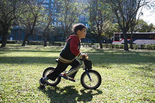2012.01.17 美崙公園玩耍 騎車 (2).JPG