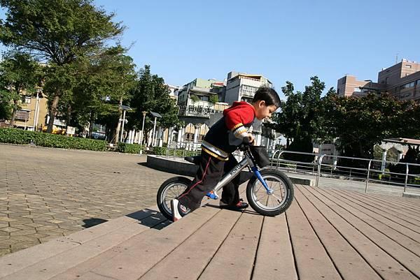2012.01.17 美崙公園玩耍 騎車 (21).JPG