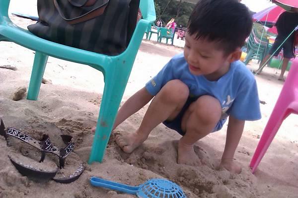 2012.04.30 墾丁之旅之2 南灣沙灘玩沙戲水 (18)