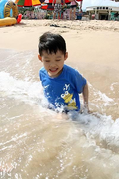 2012.04.30 墾丁之旅之2 南灣沙灘玩沙戲水 (27)