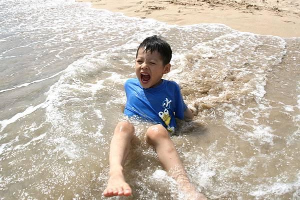 2012.04.30 墾丁之旅之2 南灣沙灘玩沙戲水 (28)
