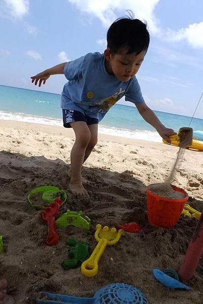 2012.04.30 墾丁之旅之2 南灣沙灘玩沙戲水 (8)