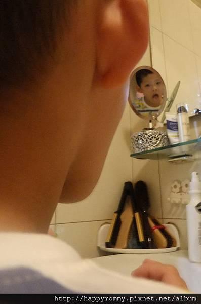 2013.09.28 對著鏡子刷牙 (2).jpg
