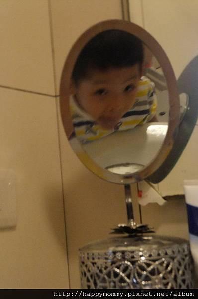 2013.09.28 對著鏡子刷牙 (3).jpg