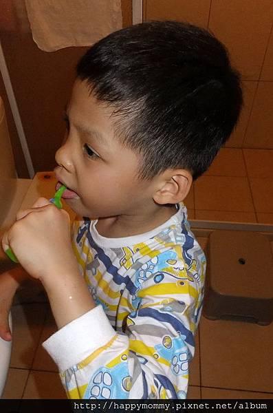 2013.09.28 對著鏡子刷牙 (1).jpg
