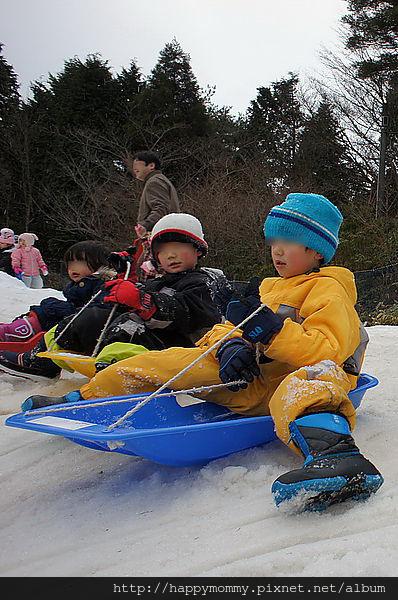 日本小孩雪地穿著