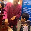 2015.03.08 花博公園看花燈 北京廟會做捏麵人 吹糖 (20).jpg