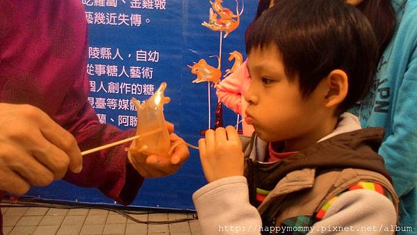 2015.03.08 花博公園看花燈 北京廟會做捏麵人 吹糖 (21).jpg