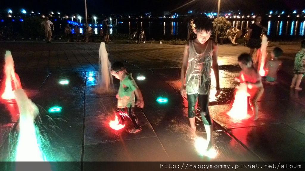 2016.08.07 關渡碼頭騎滑步車 玩水 (18).jpg