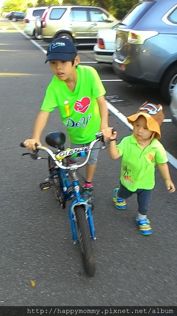 2016.08.07 關渡碼頭騎滑步車 玩水 (1).jpg