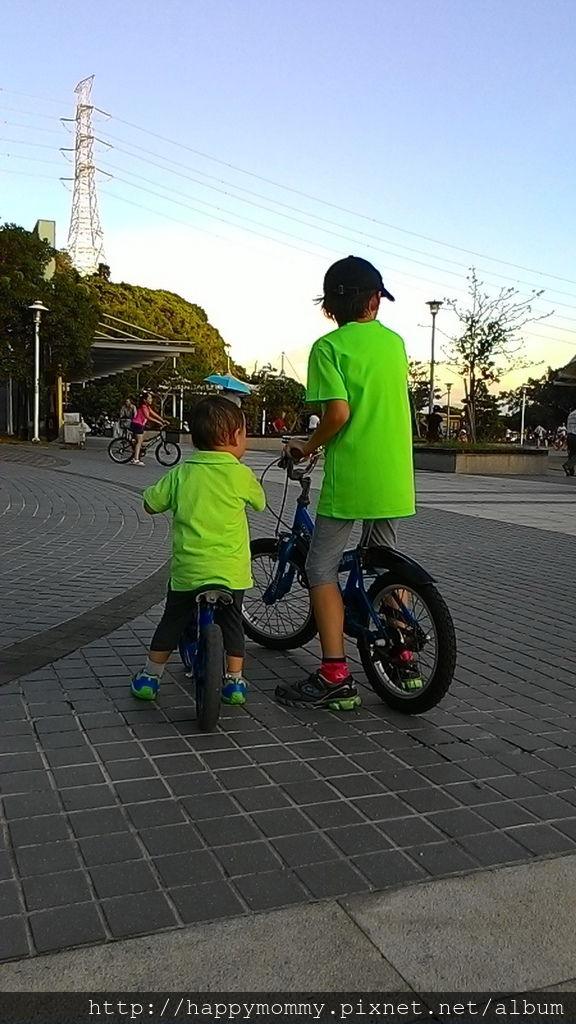 2016.08.07 關渡碼頭騎滑步車 玩水 (8).jpg