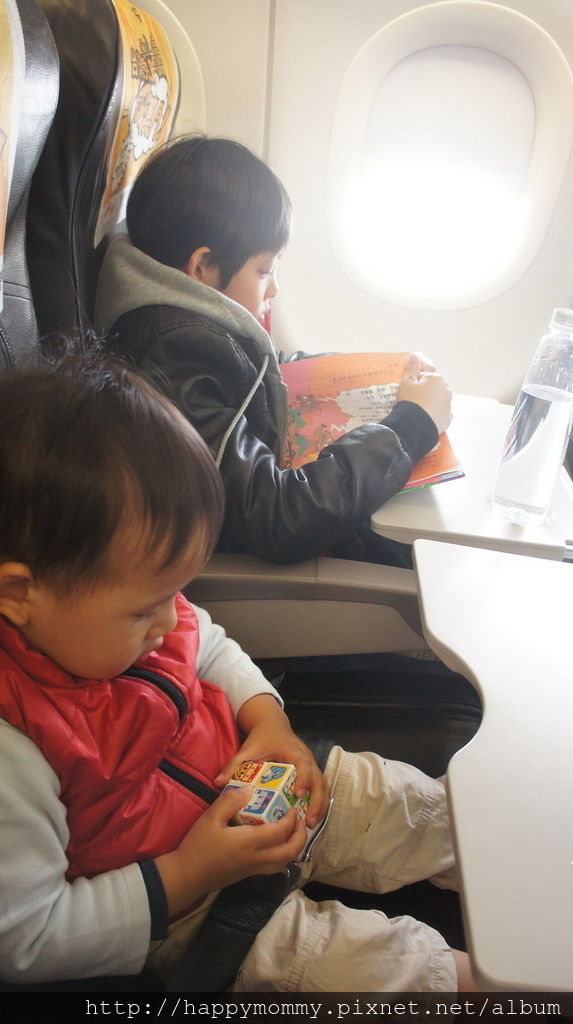 搭廉航由澳門 飛機上玩玩具 (2).JPG