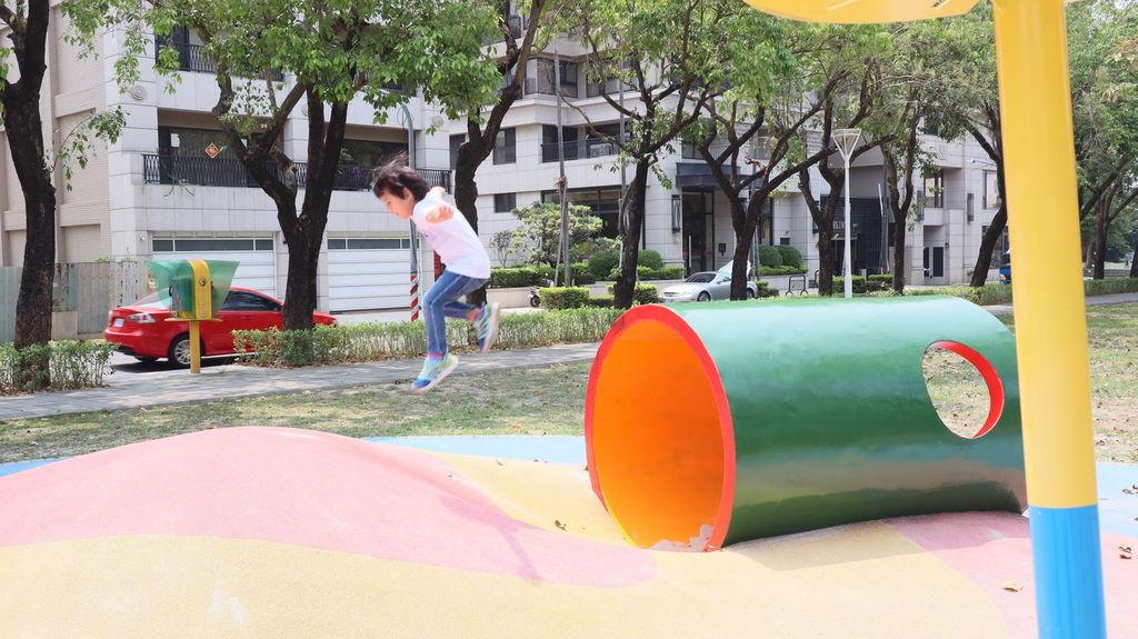 高雄特色公園親子景點 蓮池潭兒童公園遊戲場 (13) .JPG
