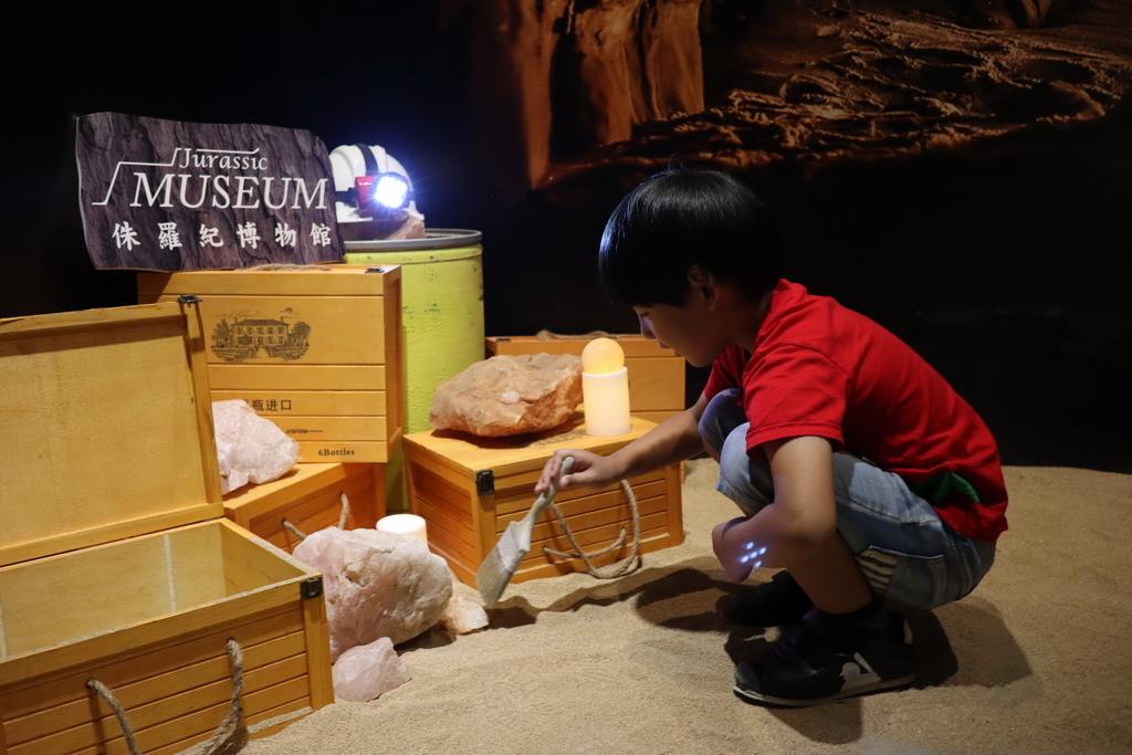 2020桃園親子景點 侏羅紀博物館 化石清修diy 恐龍化石 寶石原礦 (11).JPG