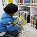 2021新店親子景點 新北市青少年圖書館兒童書庫親子共讀區 (4).JPG