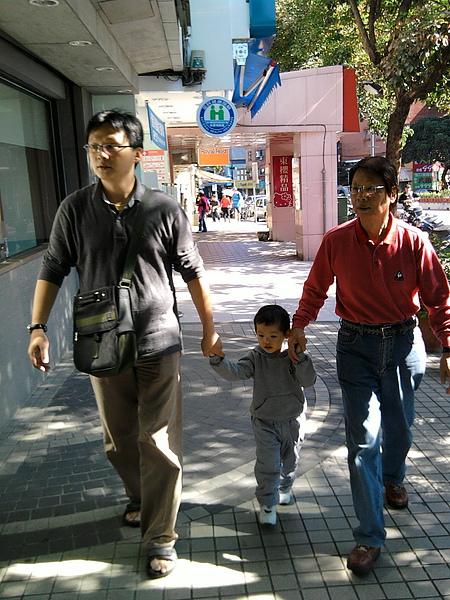 2010.12.12 健寶園下課牽著爸爸和爺爺去午餐