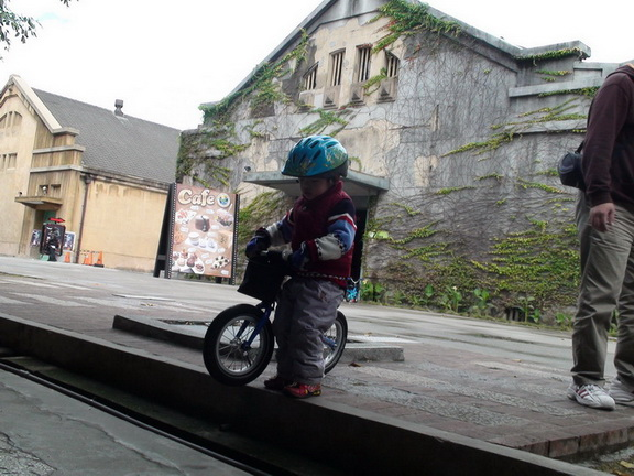 2011.01.08 華山創意園區騎車 (18).JPG