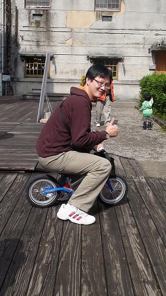 2011.01.08 華山創意園區騎車 (7).JPG