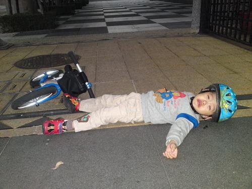 自己玩到精疲力竭...躺在人行道大哭討抱抱...好可憐又搞笑喔...