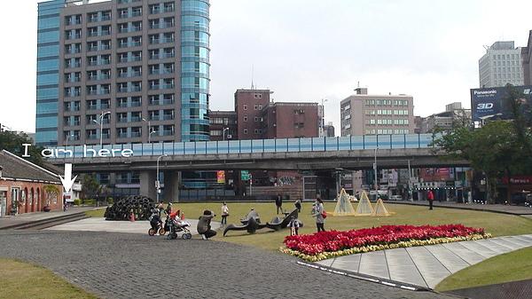 2011.01.08 華山創意園區騎車.jpg