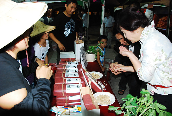 台中「雲林行腳日」活動,蘇治芬縣長巡訪攤位時試吃【喜笑花生】。