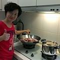 2013_10_05阿芬美女的梅子雞和冬瓜茶快準備好了下午記得準時報到大吃一頓.環保柸筷也要記得帶喔!(若有團員提早報到也請大家一起來佈置會場).jpg