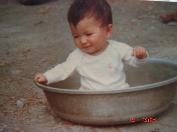 我小時候的興趣  哈哈  在大臉盆裡面玩???