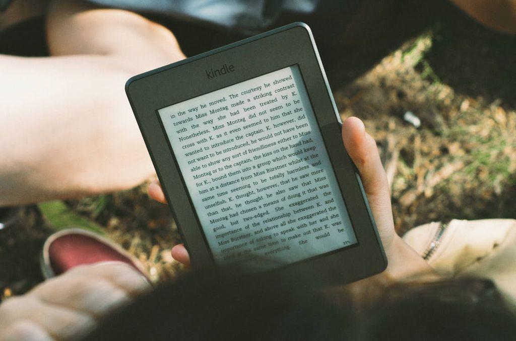 其實電子書和線上課程很像,只是是用文字的方式呈現,  一樣是有一個主題,和實體書一樣,再把它分成幾個章節來陳述,  賣電子書的好處是不用擔心它缺貨,也不需要把它印出來,  你可以把電子書上架到國內知名的電子書平台如Readmoo、Pubu,但他們的平台會抽佣金,  或者你可以選擇結合上面2種被動收入的方法,  你可以錄一支Youtube影片或在部落格寫文章來行銷自己個人的電子書,  壞處是你需要自己解決金流以及整個訂購流程,就看個人選擇了