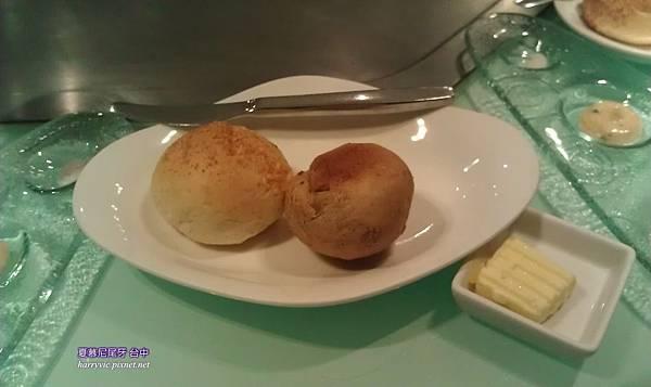 帕瑪森起司麵包、雜糧麵包。